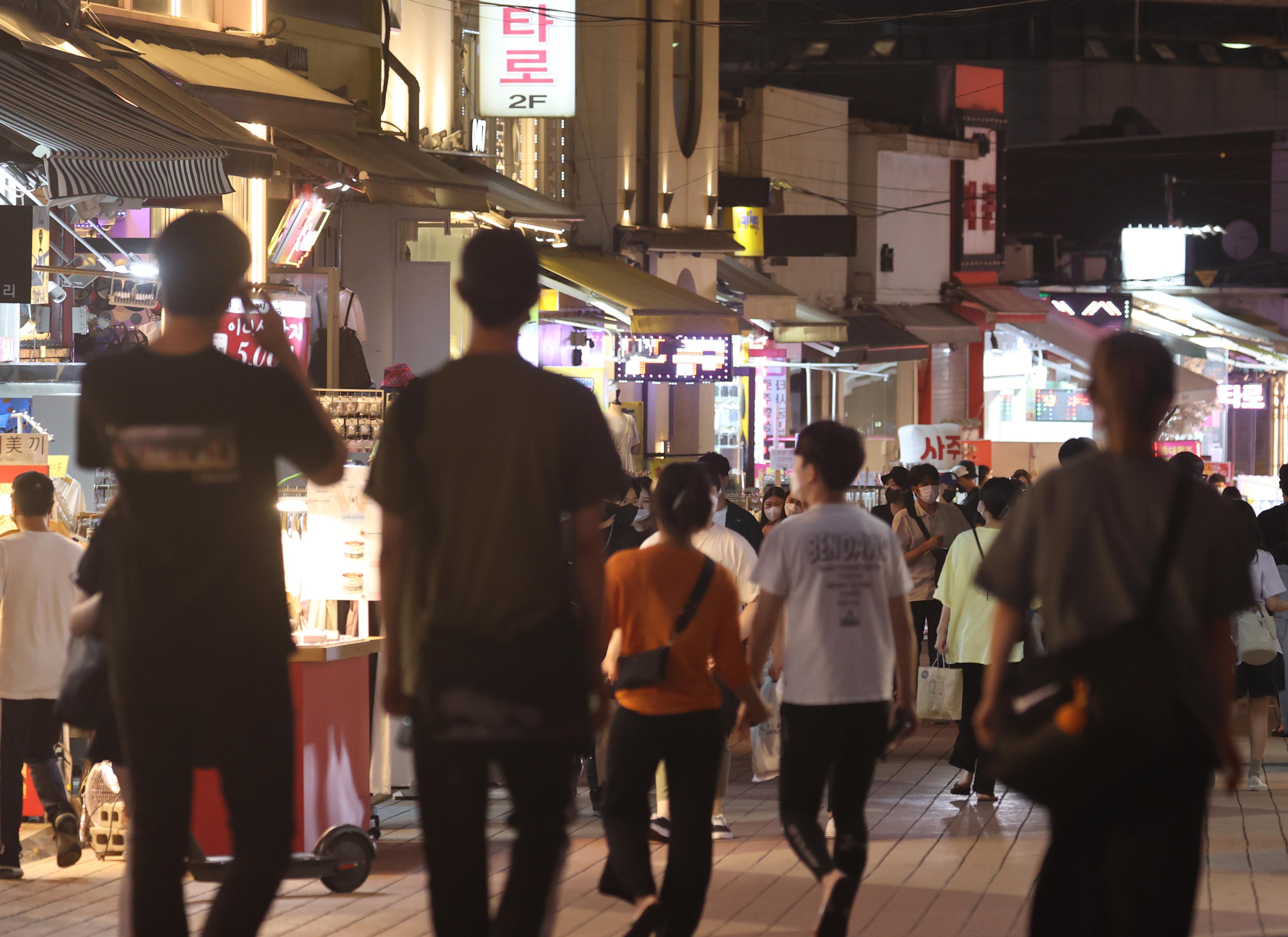 ▲▼南韓民眾出現防疫疲勞,年輕族群6日湧入首爾弘大商圈逛街。(圖/達志影像)