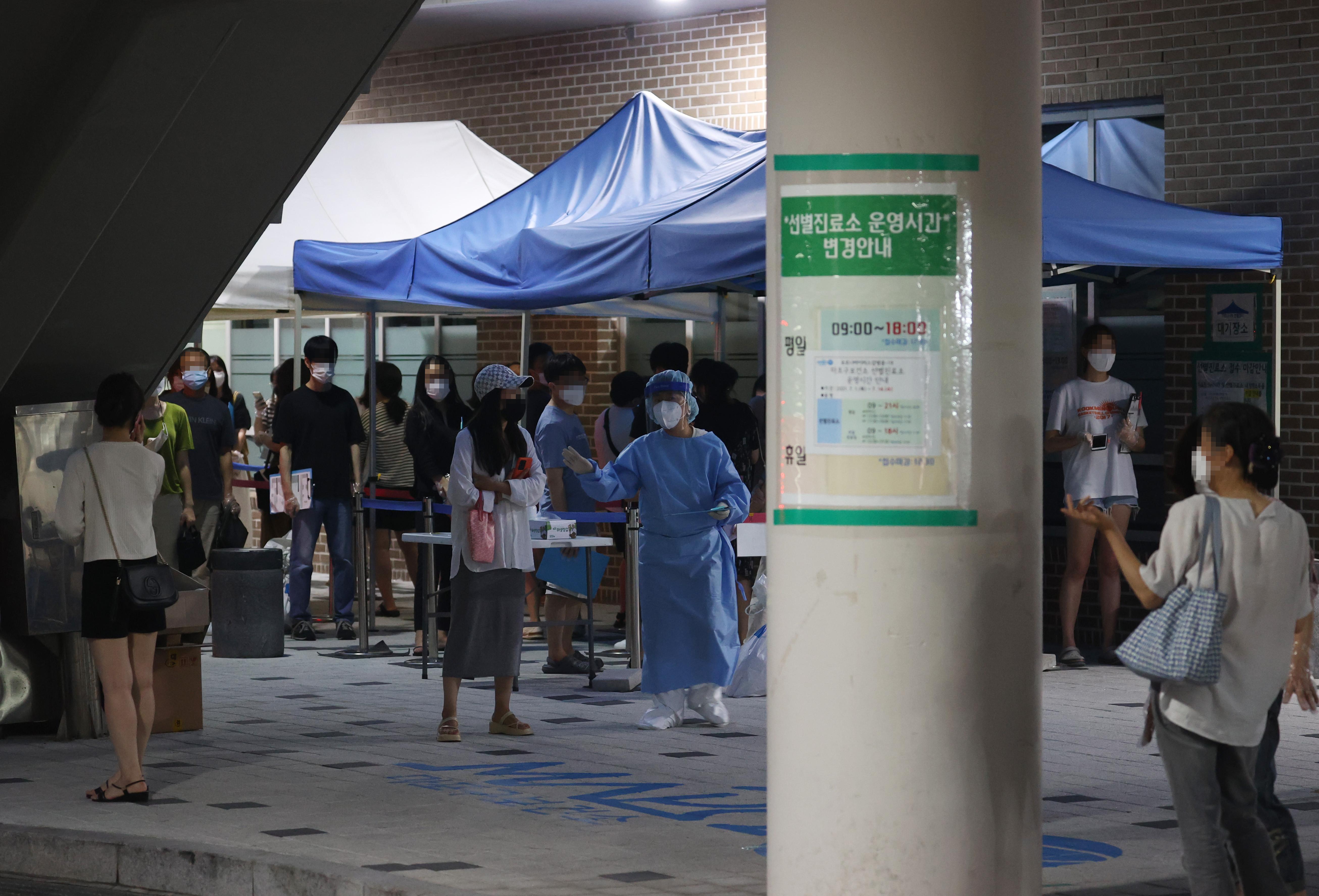 ▲▼南韓單日確診又突破1200例,政府廣設篩檢站,要求年輕人即早接受篩檢。(圖/達志影像)
