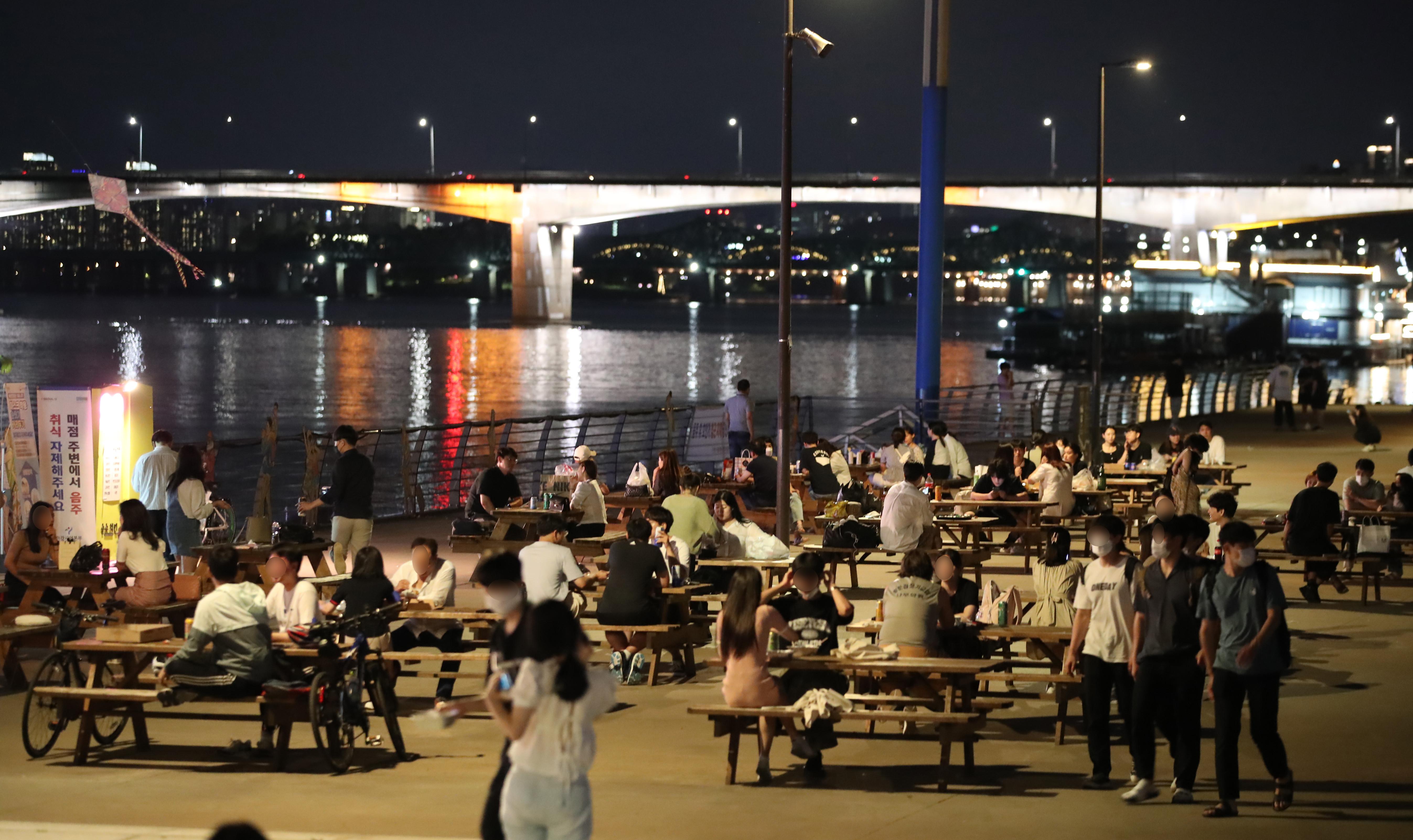 ▲▼即使疫情攀上顛峰,仍有不少民眾晚間10時還在首爾漢江公園飲酒、聚會。(圖/達志影像)