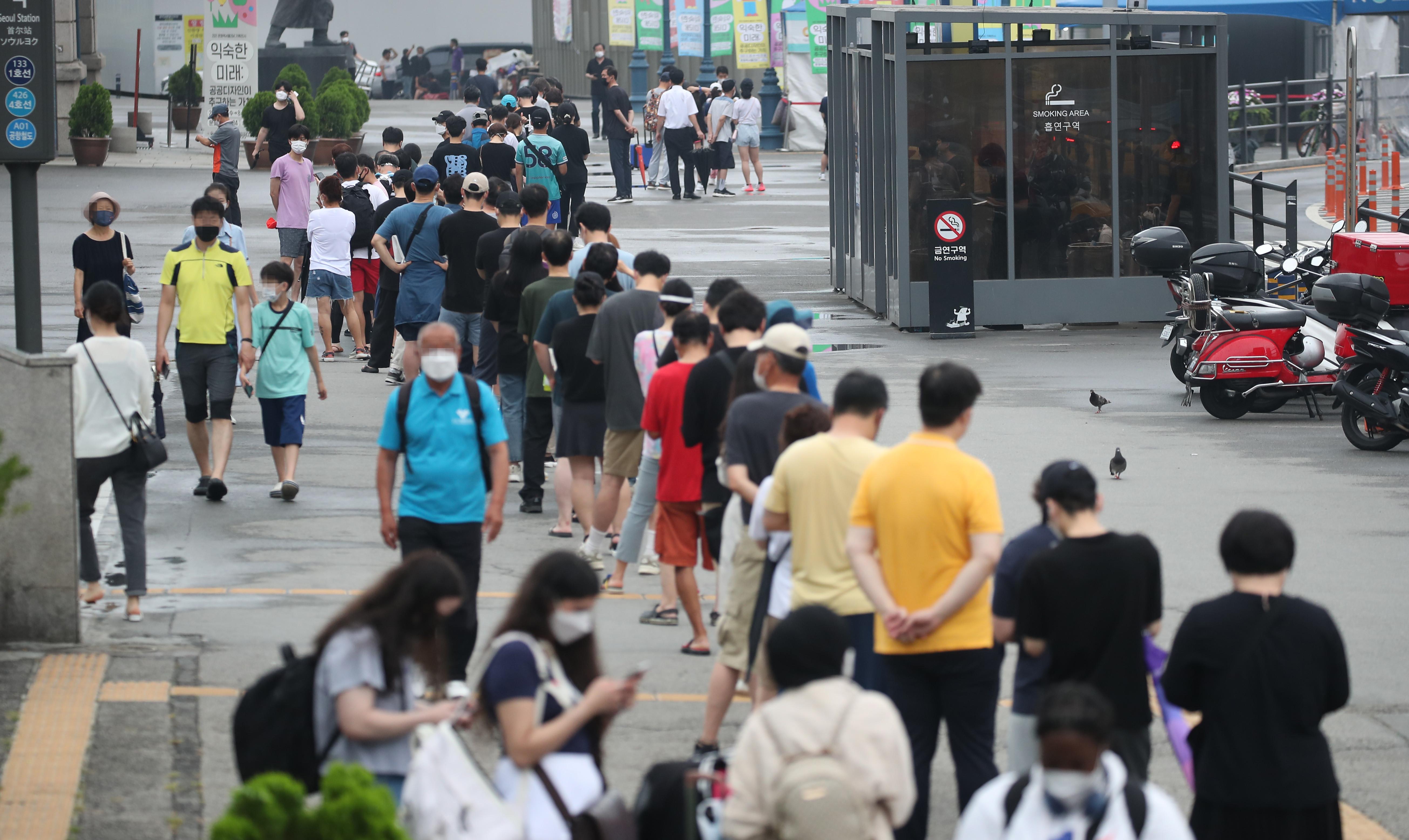 ▲▼南韓不少年輕族群11日在首爾車站前的篩檢站排隊等候接受篩檢。(圖/達志影像)