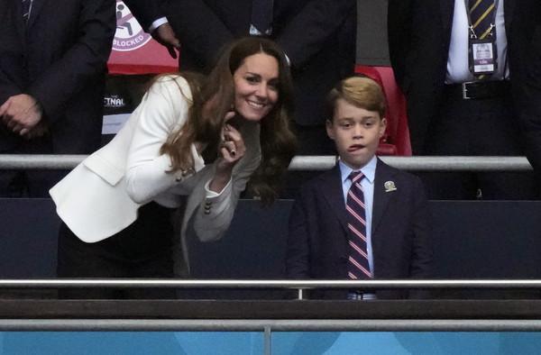 Fw: [新聞] 喬治小王子穿西裝看歐國盃挨批