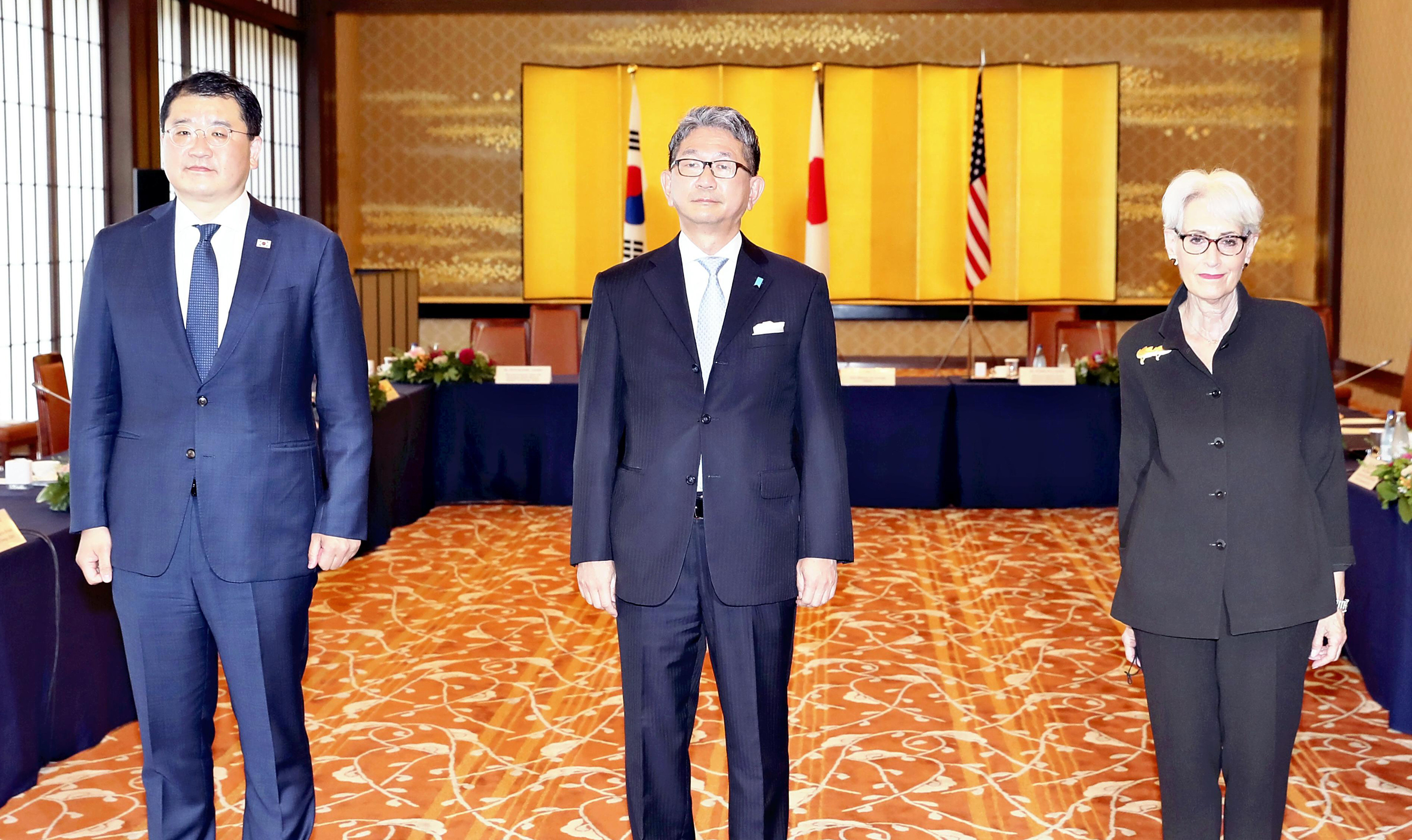 ▲▼美日韓3國外交次長在東京召開會談。由左至右依序為南韓崔鍾建、日本森健良、美國謝爾曼。(圖/達志影像/美聯社)