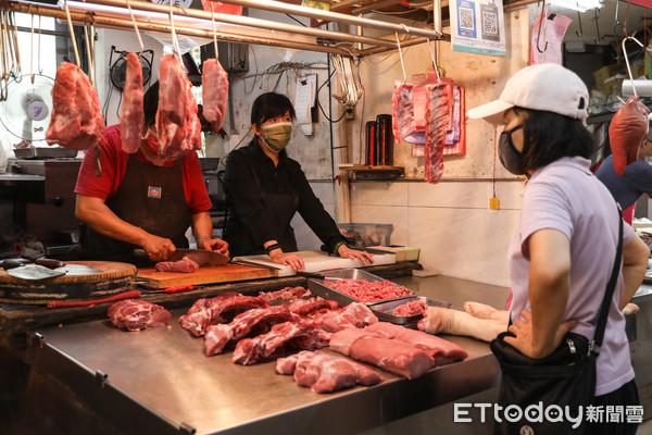 ▲防範烟花颱風來襲影響物價,民眾提早前往市場採買物資。(圖/記者林敬旻攝)