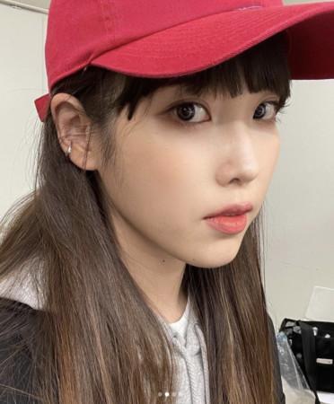 [新聞] IU新髮型曝光!相隔2個月現身 「妹妹頭