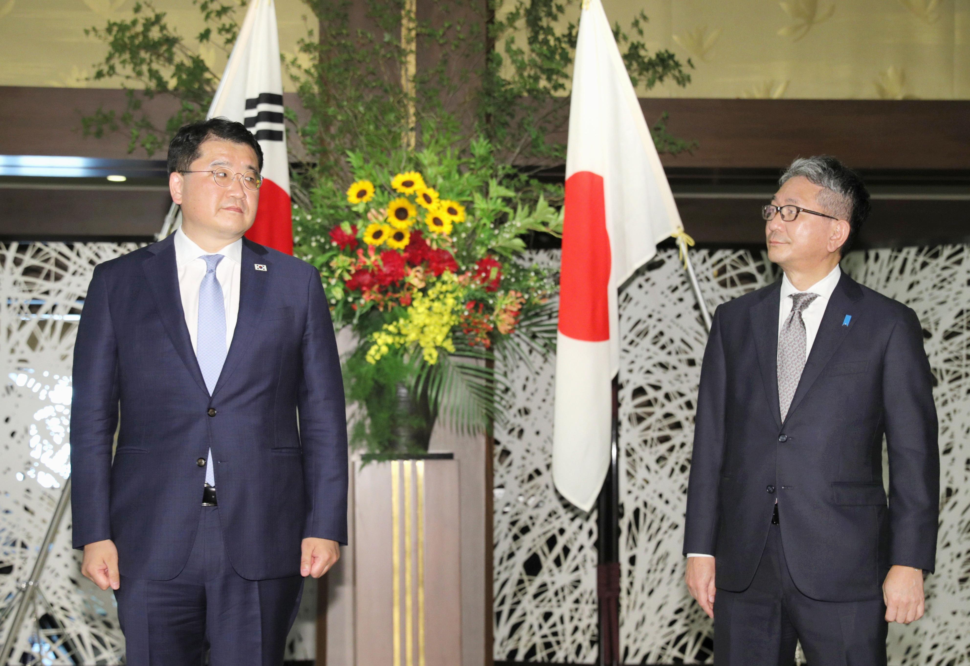 ▲▼崔鍾建(左)、森建良19日在東京召開日韓外交次長會談。(圖/達志影像)