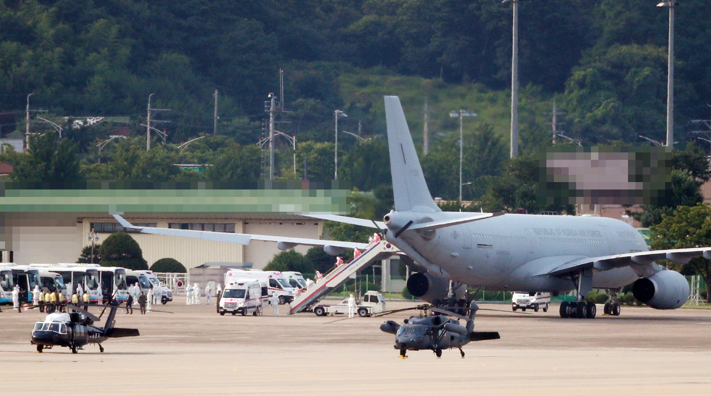 ▲▼2架搭載清海部隊第34梯隊301人的空中加油運輸機,20日抵達城南首爾機場。(圖/達志影像)