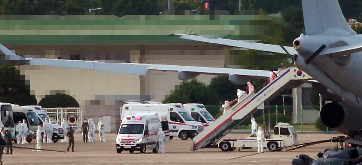 ▲▼重症患者下機時,緊急移送至負壓醫療隔離設備。(圖/達志影像)
