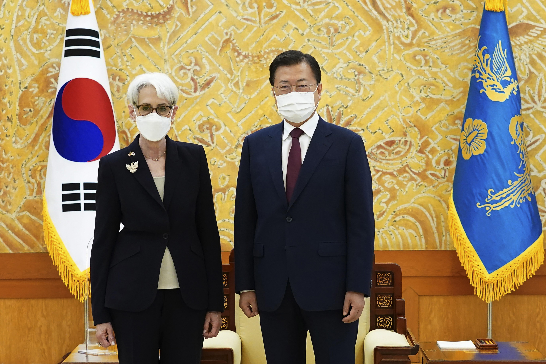 ▲▼南韓總統文在寅22日在青瓦台接見美國副國務卿謝爾曼。(圖/達志影像/美聯社)