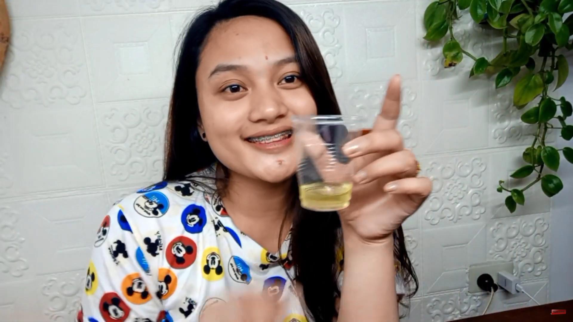 ▲▼菲律賓網紅賽絲將尿液抹到臉上,宣稱能夠抗痘、美白。(圖/翻攝自Youtube@Crazy Thess)