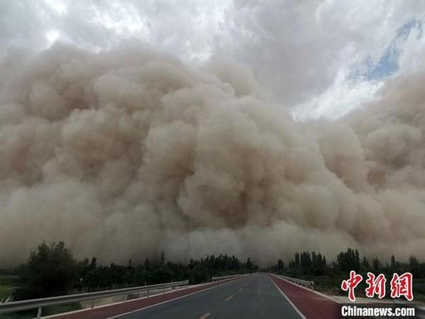 ▲▼大陸甘肅7月25日下午沙塵暴。(圖/取自中新社)