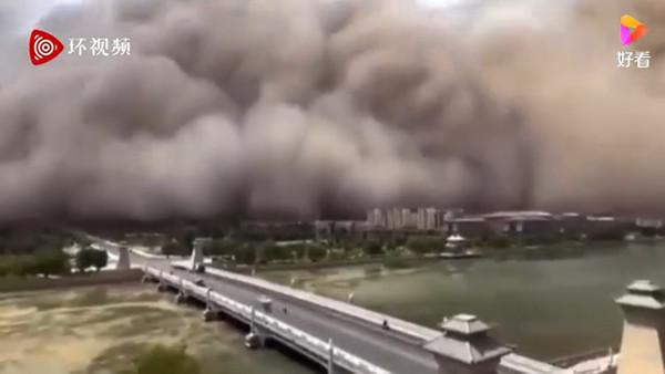 ▲▼大陸甘肅7月25日下午沙塵暴。(圖/取自好看視頻)