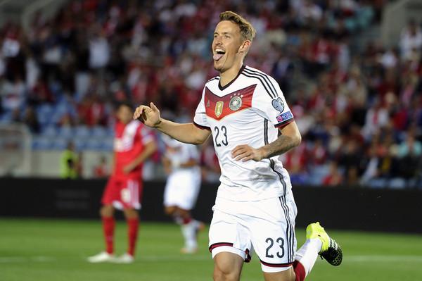 德國足球員脫了!奧運贏球嗨翻「鏡頭前求婚」 霸氣示愛放送全球