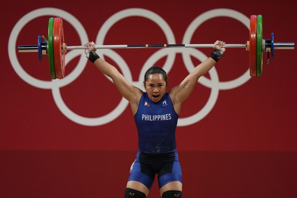 菲律賓奧運史上「第1面金牌」 30歲舉重女將刷新紀錄秒噴淚