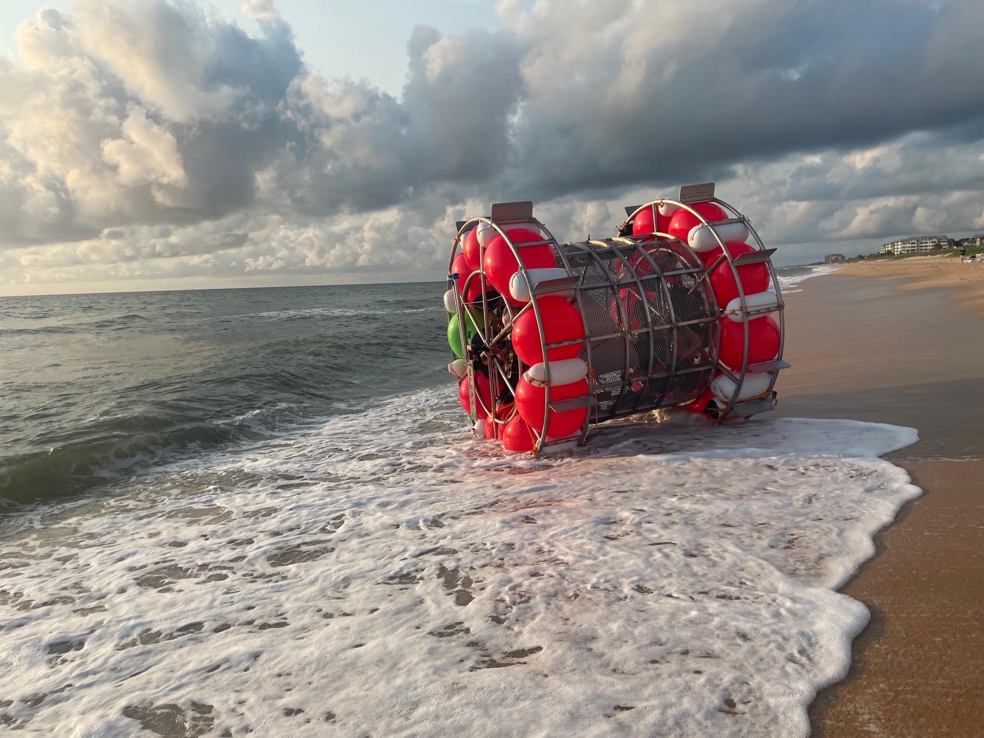 ▲▼貝魯奇計畫透過「泡泡」,從佛州的大西洋一路往北漂向紐約。(圖/翻攝自臉書)