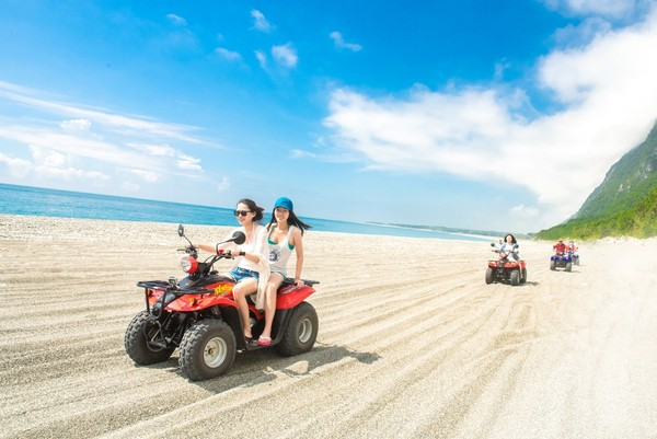 到花蓮放風!崇德海灘騎沙灘車奔馳 住29坪套房放空看海