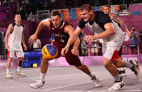 三對三男籃金牌戰 俄羅斯戰到鞋子分離纏膠帶再上