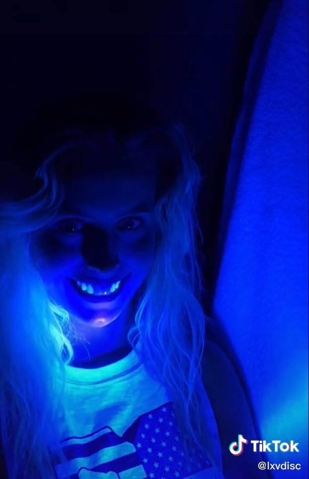 ▲▼假牙在夜店燈光下 。(圖/翻攝自Tik Tok/lxvdisc)