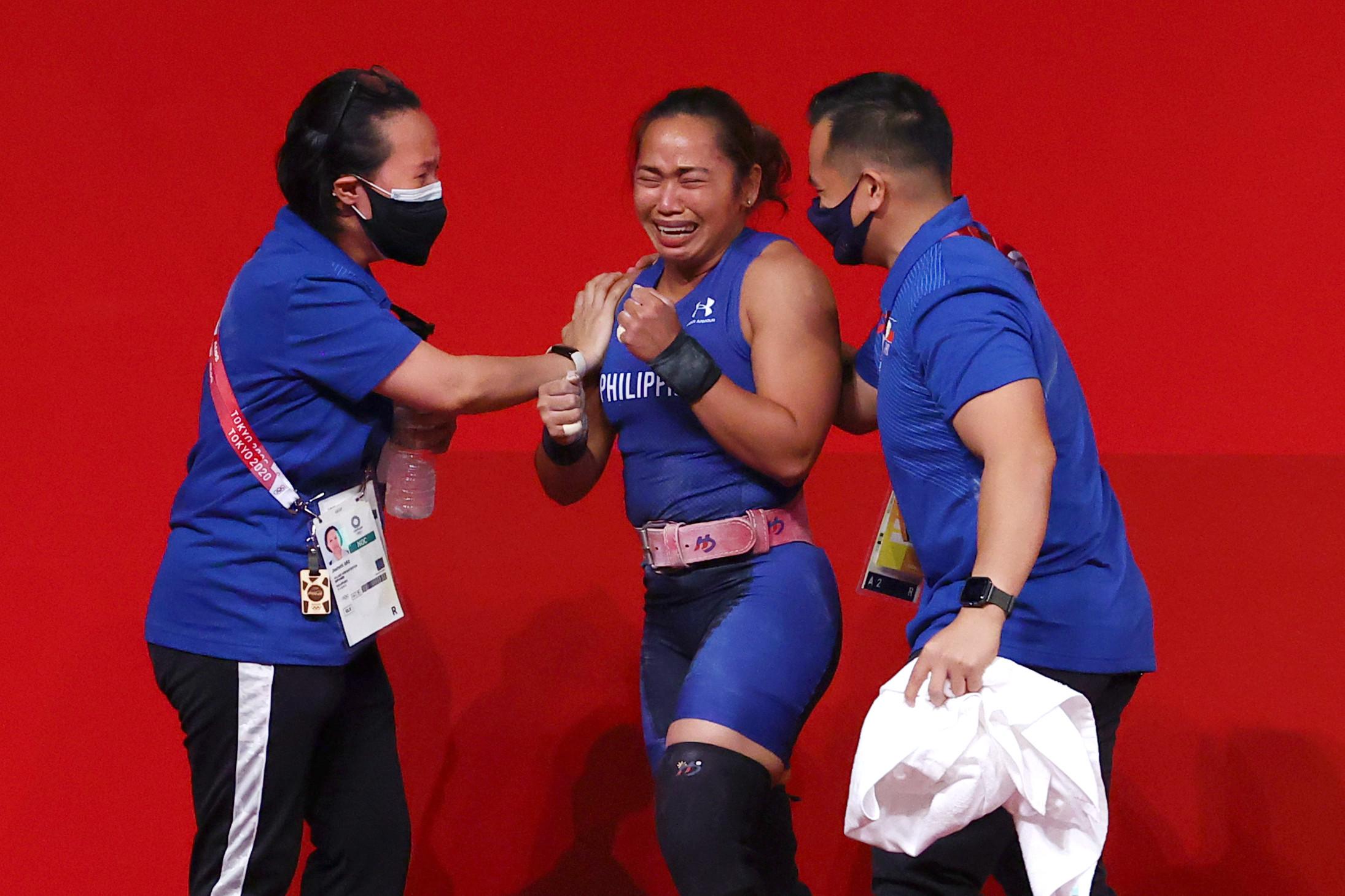 ▲▼迪亞斯在舉重項目奪牌後,指導團隊為她一同喝采。(圖/路透社)
