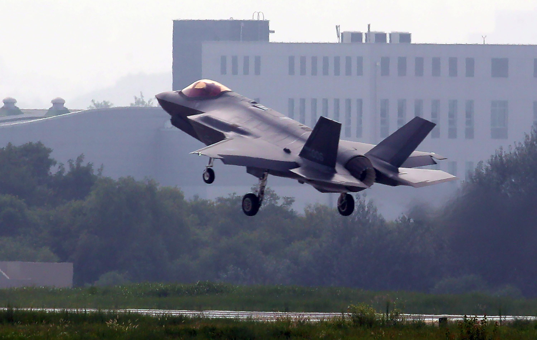 ▲▼南韓預計2021年前向美軍購引進40架F-35A隱形戰機。圖為2019年時一架F-35A結束訓練後降落清州空軍基地。(圖/達志影像)