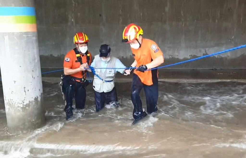 ▲▼南韓降下秋季梅雨,釜山市溫泉川河水暴漲,導致一名男性受困。(圖/釜山消防本部)