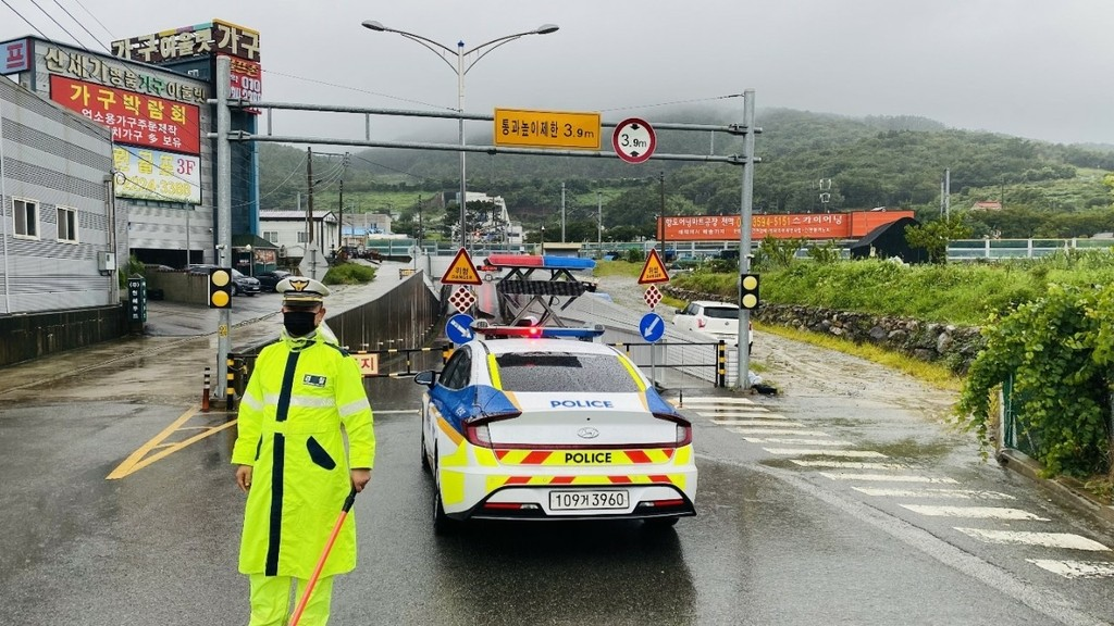 ▲▼釜山市21日有多處道路、地下道等出現交通管制,避免車輛進入淹水地帶。(圖/釜山警察廳)