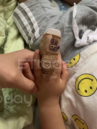 ▲▼2歲童遭門夾斷指。(圖/沈姓媽媽提供)