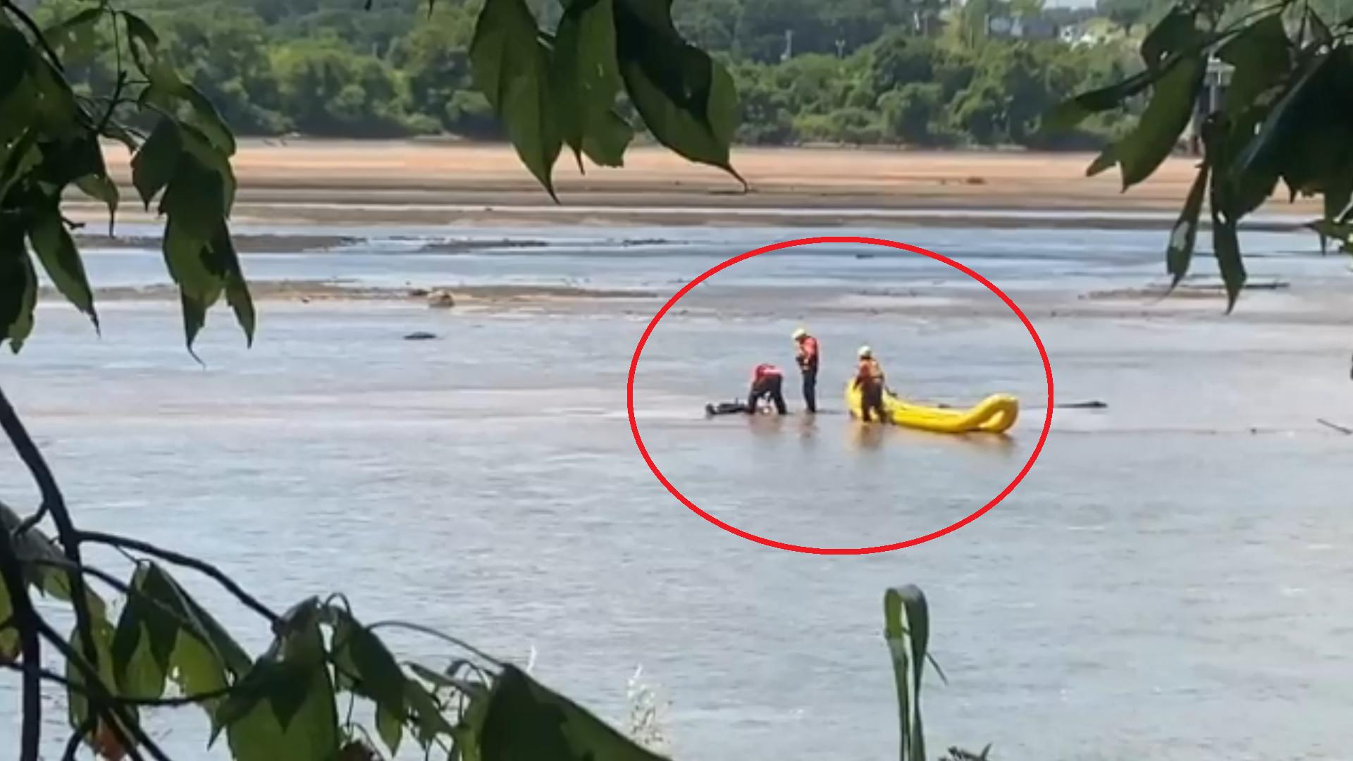 ▲▼消防救難人員划槳上前「打撈」屍體,卻發現屍體竟然還會動。(圖/翻攝自Twitter@TulsaFire)