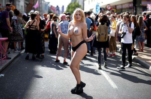 ▲▼ 英國環保組織「反抗滅絕」(Extinction Rebellion)街頭示威,其中31歲女學生安赫絲特(Laura Amherst)脫了衣服。(圖/路透)