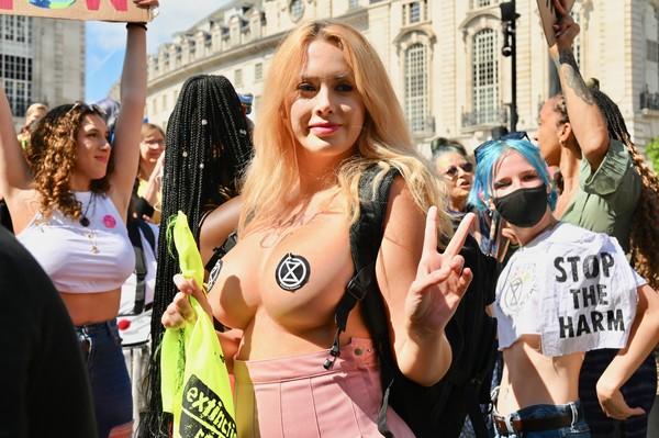 ▲▼ 英國環保組織「反抗滅絕」(Extinction Rebellion)街頭示威,其中31歲女學生安赫絲特(Laura Amherst)脫了衣服。(圖/達志影像)
