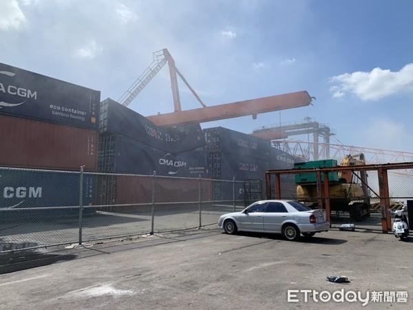 [新聞] 快訊/台中港重大意外!300噸起重機翻覆