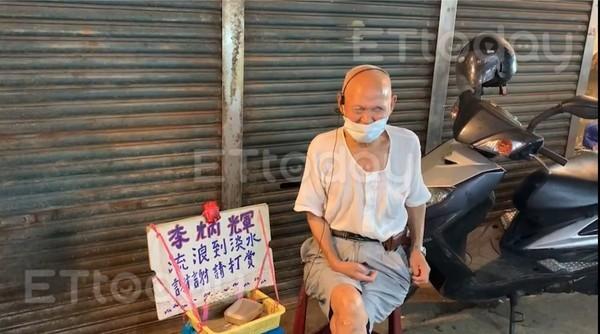 ▲▼隨著疫情解封,李炳輝近來重新回到菜市場賣唱。(圖/記者劉亮亨攝)