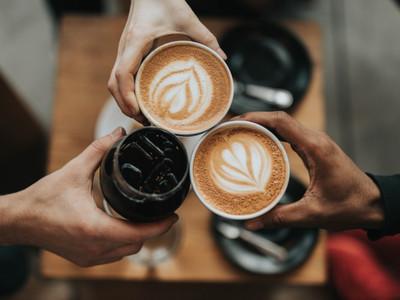 達人曝「喝咖啡最佳時間表」,早晨一杯牛奶咖啡不傷胃