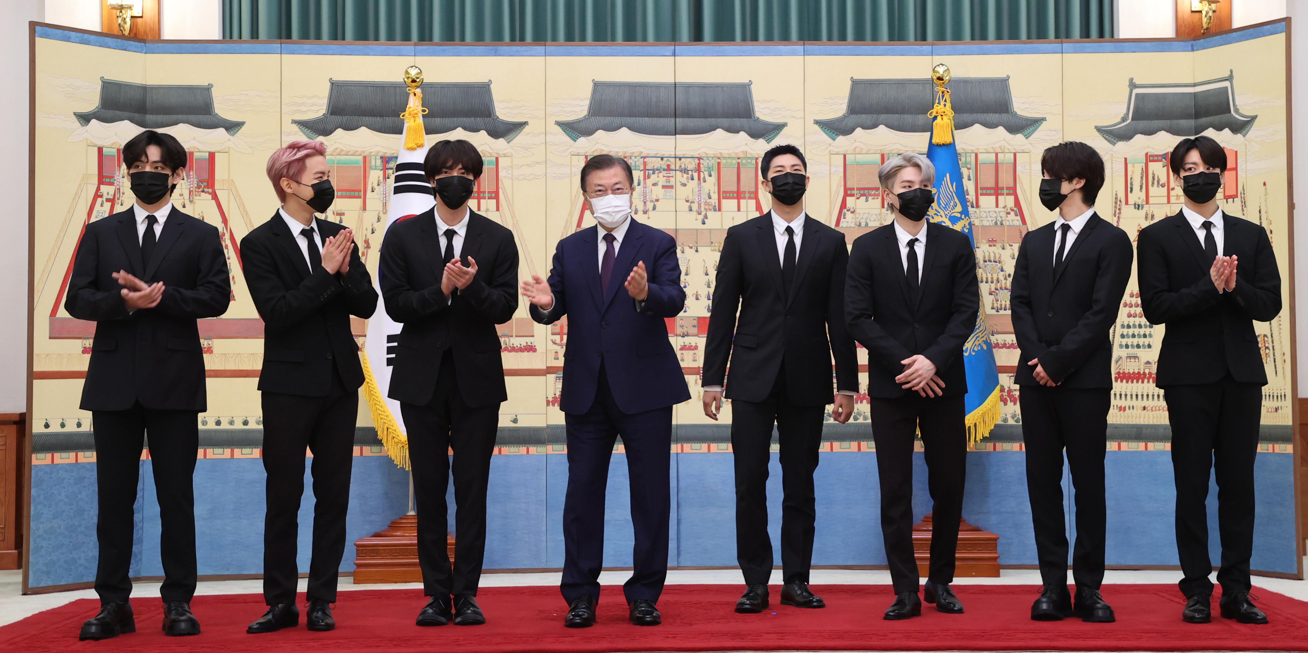 ▲▼防彈少年團14日在青瓦台獲頒「未來世代與文化總統特別使節」任命狀。(圖/達志影像/newscom)