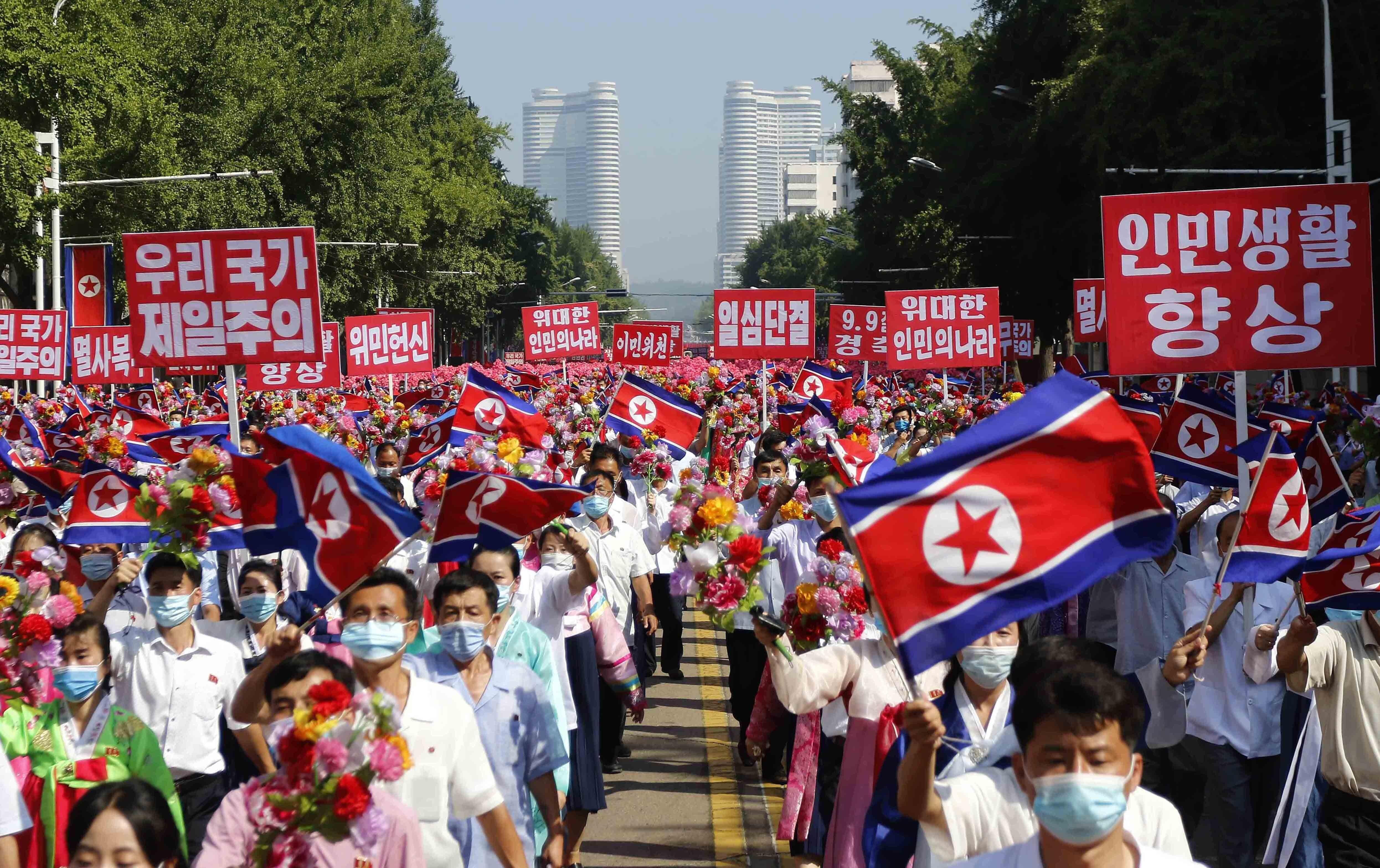 ▲▼北韓民眾9日在平壤勝利街道舉標語遊行,慶祝建政73周年。(圖/達志影像/美聯社)