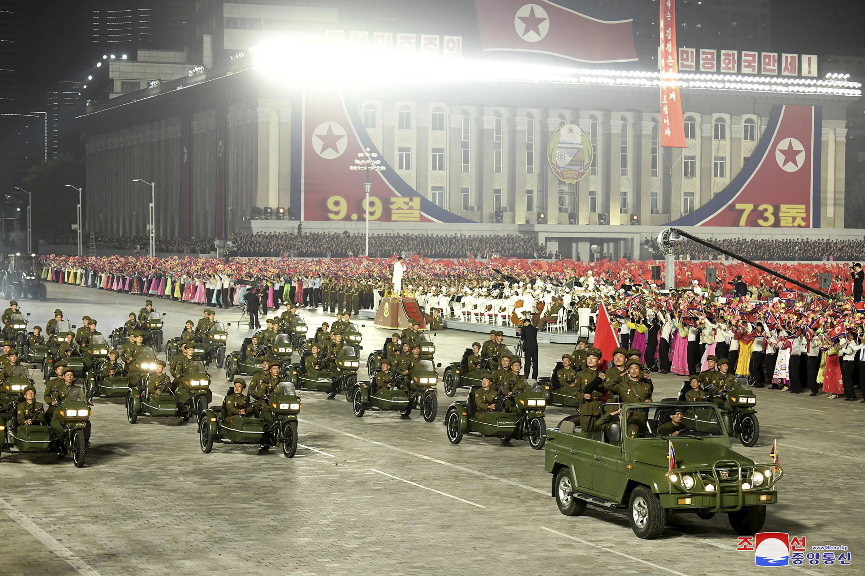 ▲▼參與閱兵儀式的北韓後備役軍人,在場內時並未戴口罩。(圖/達志影像/美聯社)