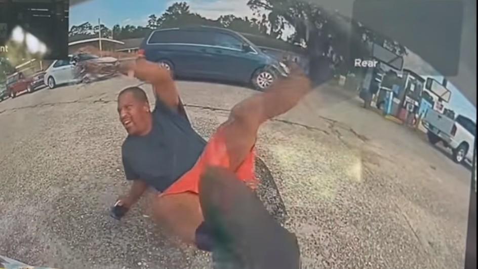 ▲▼美國男子靠近特斯拉跌倒製造假車禍,車主拿1神招反制。(圖/翻攝自Facebook/Slidell Police Department)