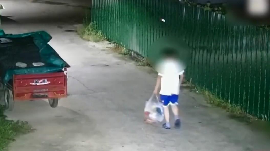 ▲▼媽怒吼「不讀書就去撿垃圾」 11歲兒當真出門撿回一袋垃圾。(圖/翻攝自微博/荔枝新聞)