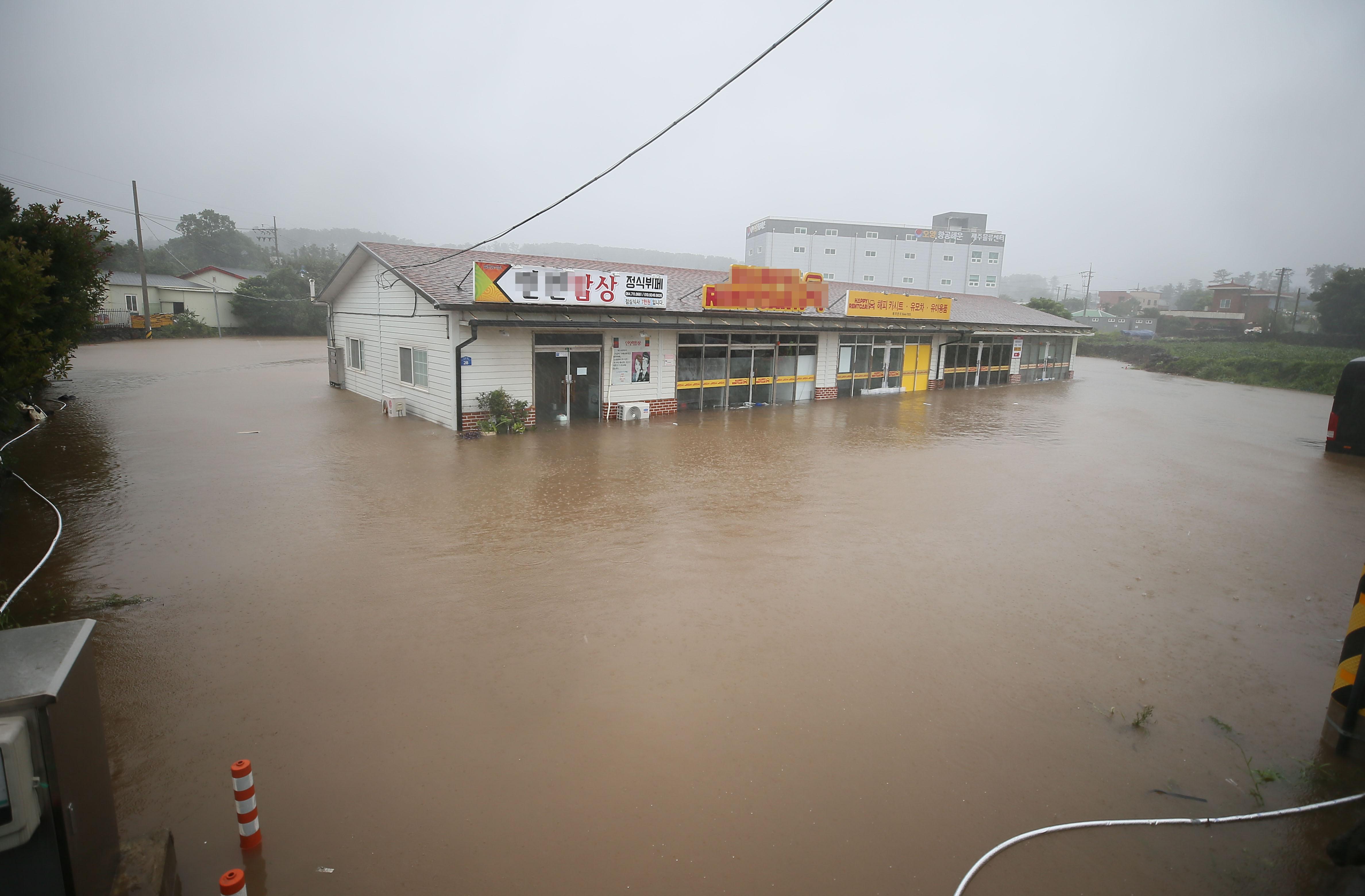 ▲▼颱風燦樹17日上午影響濟州島,島內低窪地區淹成水鄉澤國。(圖/達志影像)