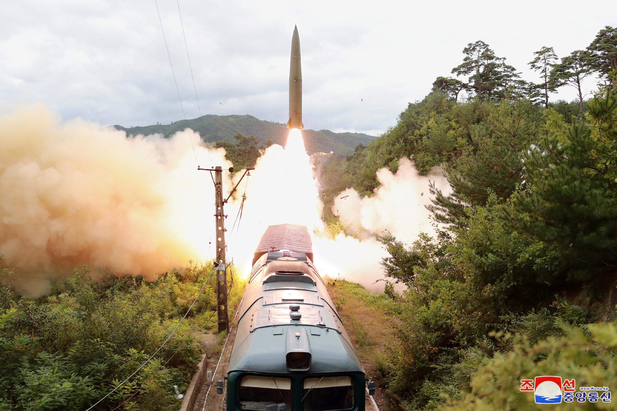 ▲▼北韓15日在平安南道陽德郡一帶,利用火車試射2枚短程彈道飛彈。(圖/路透社)