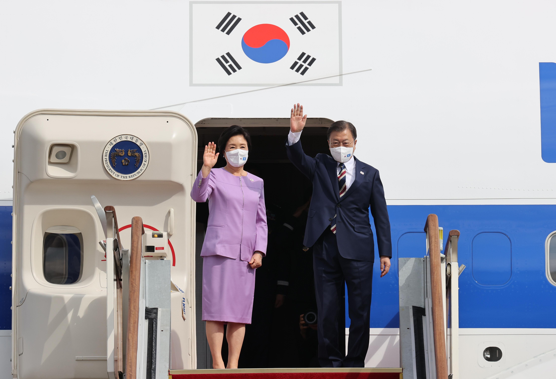 ▲▼文在寅、金正淑19日下午從首爾機場搭乘空軍1號專機,飛往美國紐約。(圖/達志影像)