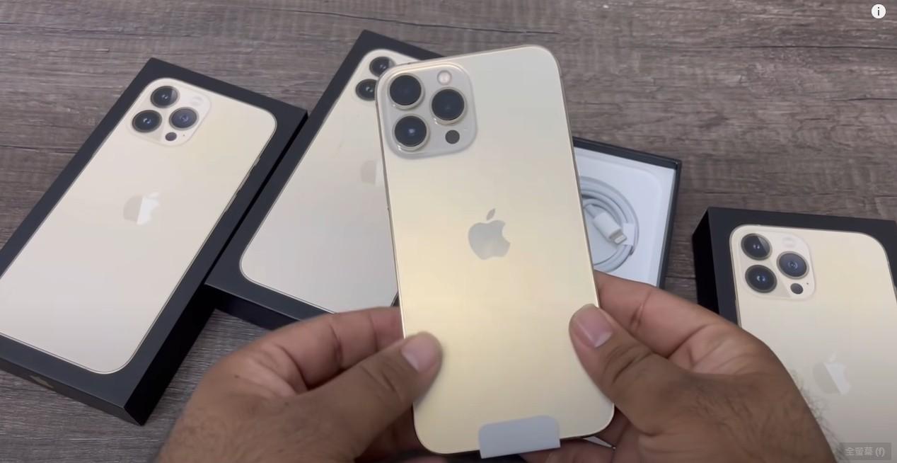 ▲杜拜YouTuber搶先曝光iPhone 13 Pro Max金色實機。(圖/翻攝自YouTube/SalimBaba Technical)