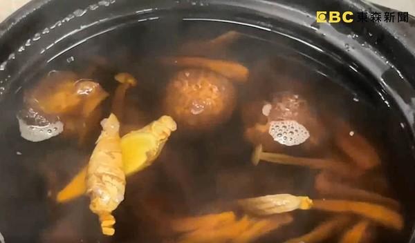 ▲▼控全素菇湯喝到「帶骨雞」 業者補償一鍋又吃到肉。(圖/東森新聞)