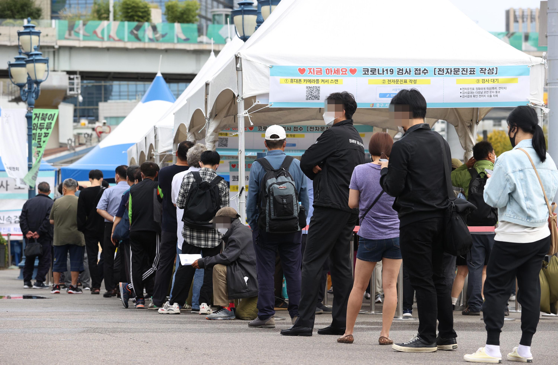 ▲▼南韓疫情在中秋連假後急遽升溫,首爾車站外的篩檢站擠滿排隊人群。(圖/達志影像)