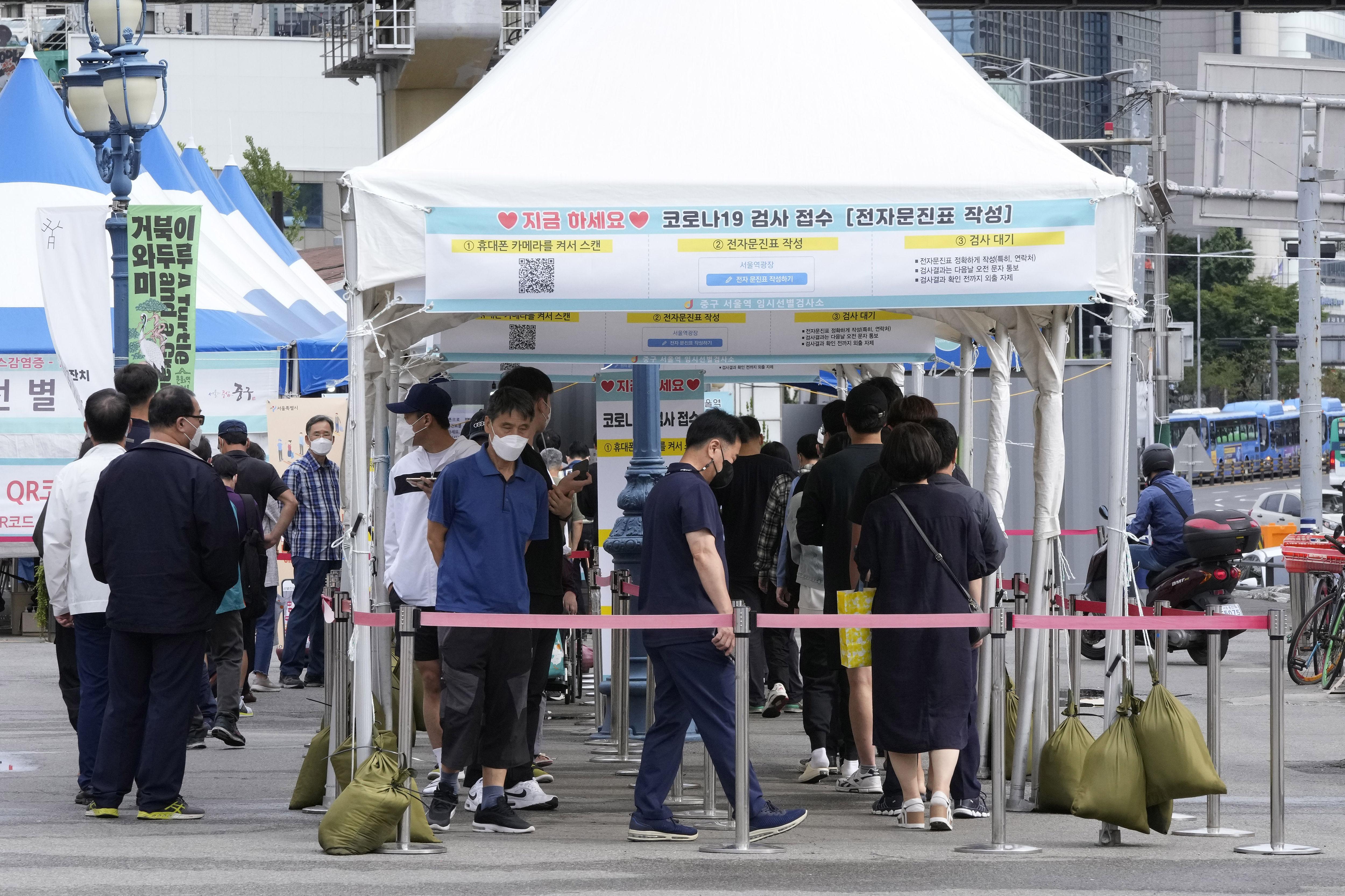 ▲▼南韓新冠疫情升溫,就連篩檢人數較少的假日都可以新增超過2千例。(圖/達志影像/美聯社)