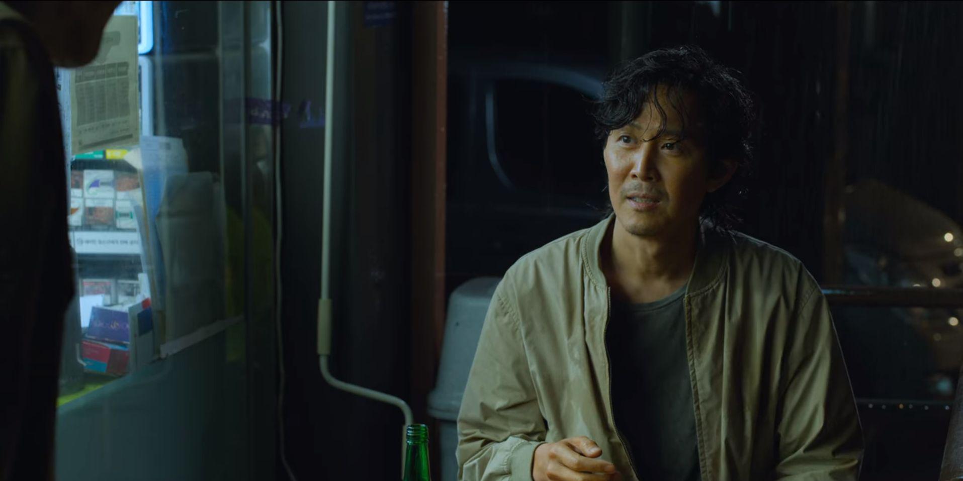 ▲▼成奇勳在超商喝酒時巧遇001號老人吳一男。(圖/翻攝自Netflix)