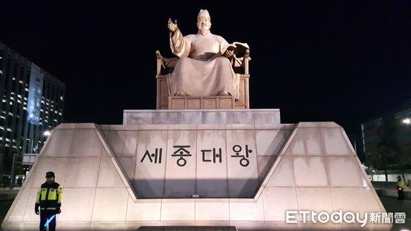 ▲▼朝鮮王朝世宗大王頒布「訓民正音」,召集學者發明韓文,如今成為宣傳韓國文化的堅實軟實力之一。圖為首爾光化門廣場前的世宗雕像。(圖/記者羅翊宬攝)