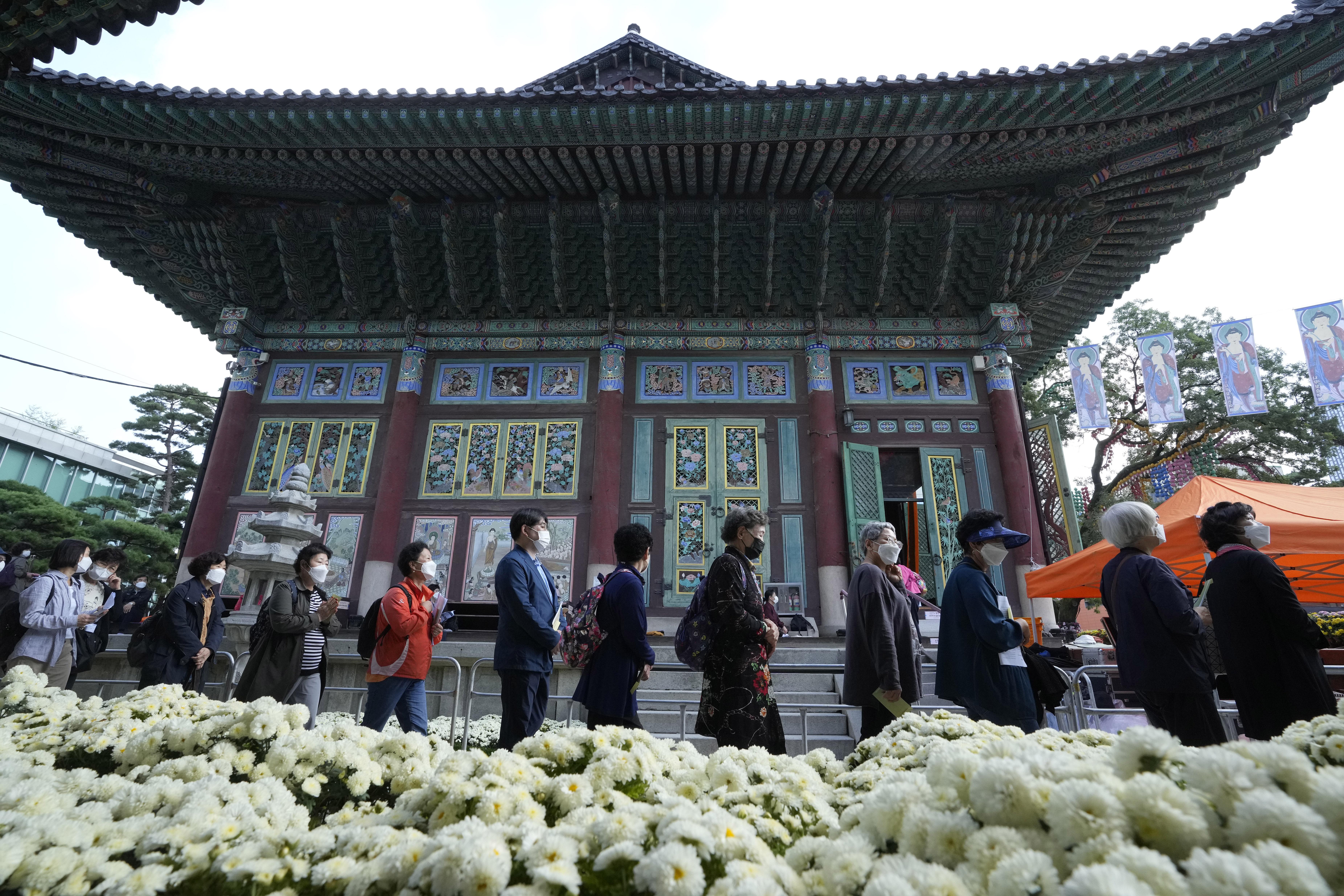 ▲▼南韓民眾14日參與首爾曹溪寺的祭拜活動。(圖/達志影像/美聯社)