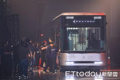 快訊/鴻海電動巴士現場開給你看!與會貴賓共乘見證 劉揚偉:不是動畫
