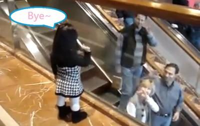 女孩一聲Bye,萌翻搭手扶梯的所有人