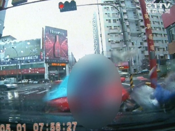 酒駕三連撞!「三貼」機車母子女撞飛。